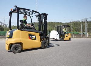 carrello elevatore cat ep 25n in movimento